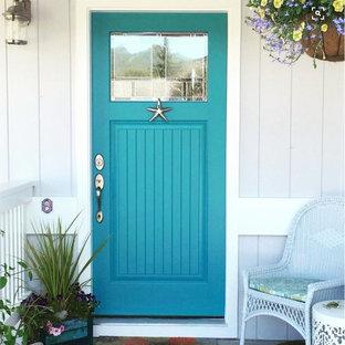 Cette image montre une entrée marine avec une porte simple et une porte bleue.