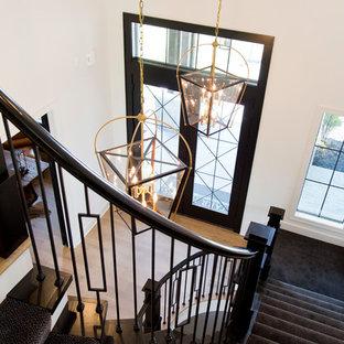 カンザスシティの大きい両開きドアコンテンポラリースタイルのおしゃれな玄関ドア (白い壁、淡色無垢フローリング、黒いドア、茶色い床) の写真