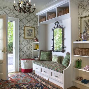 Idee per un ingresso con anticamera tradizionale con una porta bianca