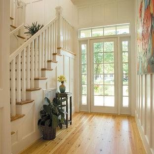Idee per un ingresso stile marinaro con pareti bianche