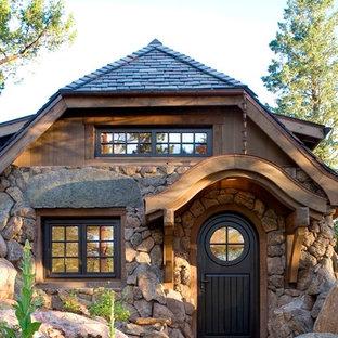 Ispirazione per un piccolo ingresso o corridoio rustico con una porta singola e una porta nera