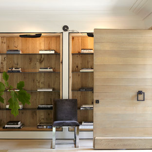 バーミングハムの回転式ドアコンテンポラリースタイルのおしゃれな玄関 (白い壁、淡色無垢フローリング、淡色木目調のドア) の写真