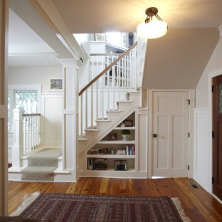 Immagine di un ingresso o corridoio tradizionale di medie dimensioni con pareti beige, parquet chiaro, una porta singola e una porta in legno bruno