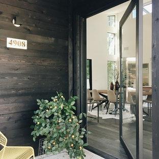 Foto de puerta principal contemporánea con puerta pivotante y puerta de vidrio