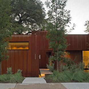 Große Moderne Haustür mit metallicfarbenen Wänden, Schieferboden, Einzeltür, Glastür, grauem Boden und Wandpaneelen in Austin