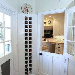 Пример оригинального дизайна: маленький вестибюль в классическом стиле с бежевыми стенами, одностворчатой входной дверью и белой входной дверью