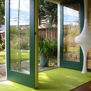На фото: входные двери в современном стиле с зеленой входной дверью и зеленым полом