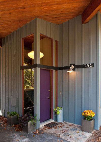 Contemporary Entry by Custom Design/Build, Inc.