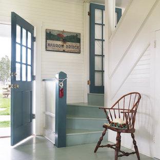 Стильный дизайн: прихожая в морском стиле с белыми стенами, деревянным полом, одностворчатой входной дверью, синей входной дверью и синим полом - последний тренд
