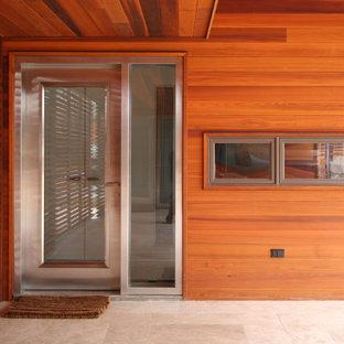 Foto på en funkis entré, med en enkeldörr och glasdörr
