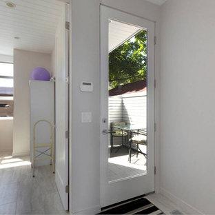 Immagine di un piccolo corridoio costiero con pareti bianche, pavimento in vinile, una porta singola, una porta in vetro, pavimento grigio e soffitto in perlinato