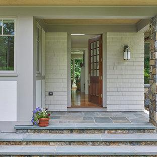 Diseño de puerta principal de estilo americano, de tamaño medio, con paredes grises, suelo de granito, puerta simple y puerta de madera en tonos medios