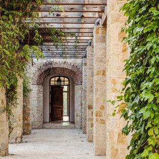 Источник вдохновения для домашнего уюта: прихожая в средиземноморском стиле с одностворчатой входной дверью