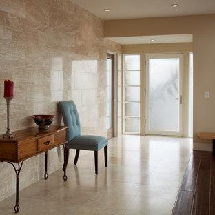 サンディエゴの中サイズの片開きドアコンテンポラリースタイルのおしゃれな玄関ロビー (ベージュの壁、トラバーチンの床、ガラスドア) の写真