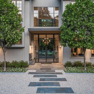 Geräumige Landhausstil Haustür mit weißer Wandfarbe, hellem Holzboden, Doppeltür und Metalltür in Los Angeles