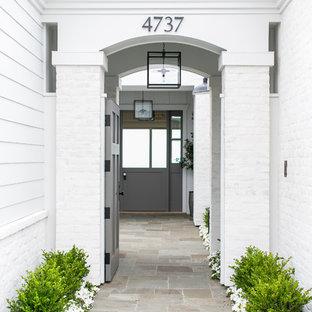 Ejemplo de puerta principal campestre, de tamaño medio, con paredes blancas, puerta simple y puerta gris