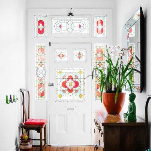 Immagine di un corridoio vittoriano con una porta singola