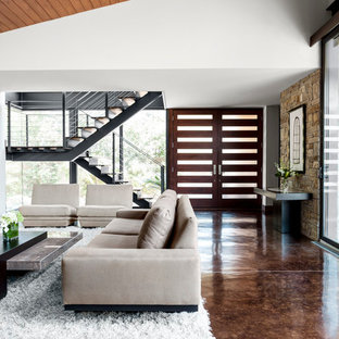 Inredning av en modern entré, med betonggolv och brunt golv