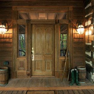 Inredning av en rustik ingång och ytterdörr, med en enkeldörr och mellanmörk trädörr