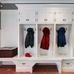 Неиссякаемый источник вдохновения для домашнего уюта: тамбур в классическом стиле с белыми стенами и пробковым полом