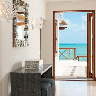 デンバーのトロピカルスタイルのおしゃれな玄関 (白い壁) の写真