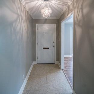 ニューオリンズの片開きドアトランジショナルスタイルのおしゃれな玄関ロビー (テラゾーの床、白いドア) の写真