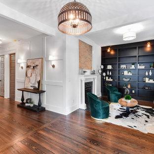 Exempel på en mycket stor klassisk foajé, med vita väggar, mörkt trägolv och brunt golv