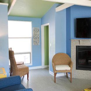 Imagen de entrada costera con paredes azules, suelo vinílico y suelo gris