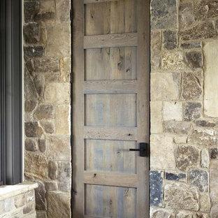 Foto de entrada rural con paredes multicolor, suelo de pizarra, puerta simple y puerta de madera clara