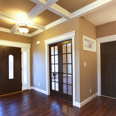 Traditional Entry by Thomas Builders of Virginia