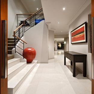 Inspiration för en funkis entré, med grå väggar, en dubbeldörr och vitt golv