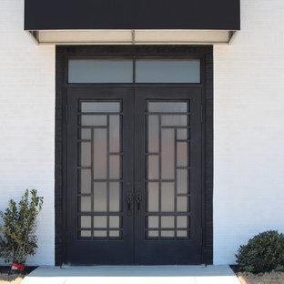 Diseño de puerta principal industrial con puerta doble y puerta metalizada