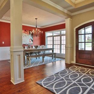 Idées déco pour un hall d'entrée classique de taille moyenne avec un mur rouge, un sol en bois foncé, une porte double et une porte en bois brun.