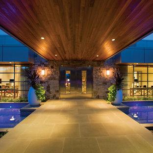 シアトルの中サイズの両開きドアコンテンポラリースタイルのおしゃれな玄関ドア (メタリックの壁、コンクリートの床、金属製ドア) の写真
