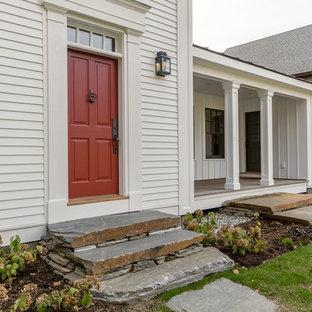 Idéer för att renovera en stor lantlig ingång och ytterdörr, med vita väggar, ljust trägolv, en enkeldörr och en röd dörr
