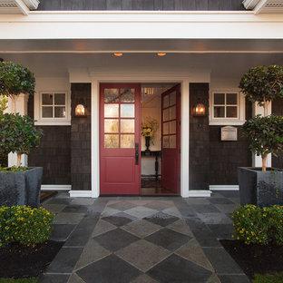 Exempel på en klassisk entré, med en dubbeldörr och en röd dörr
