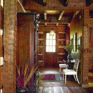 Foto på en mellanstor rustik foajé, med en enkeldörr, en brun dörr och mörkt trägolv