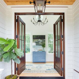 Свежая идея для дизайна: прихожая в морском стиле с белыми стенами, светлым паркетным полом, двустворчатой входной дверью, входной дверью из дерева среднего тона и деревянным потолком - отличное фото интерьера