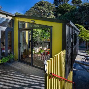 Imagen de puerta principal urbana, pequeña, con paredes verdes y puerta corredera