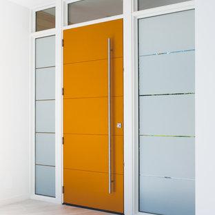 Diseño de puerta principal moderna, de tamaño medio, con paredes blancas, suelo de madera clara, puerta simple, puerta naranja y suelo gris