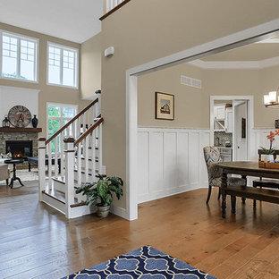 Inspiration för en mycket stor vintage foajé, med grå väggar, ljust trägolv, en enkeldörr och en vit dörr