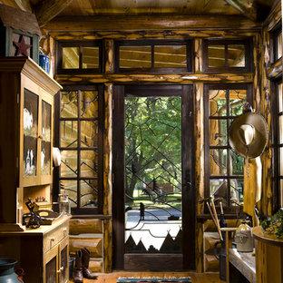 Idéer för att renovera en rustik foajé, med mellanmörkt trägolv, en enkeldörr och glasdörr