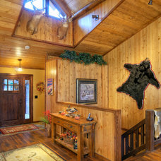 Rustic Entry by Tomahawk Log & Country Homes Inc.