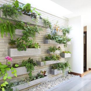 Idee per un corridoio design di medie dimensioni con pareti bianche, una porta singola, una porta arancione e pavimento grigio