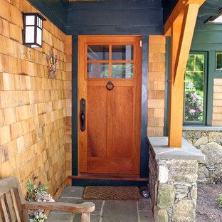 Réalisation d'une porte d'entrée craftsman avec une porte simple et une porte en bois brun.