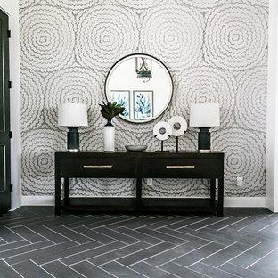 Ispirazione per un ingresso country di medie dimensioni con pareti bianche, pavimento in gres porcellanato, una porta singola, una porta nera e pavimento nero