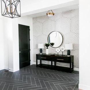 Idéer för en mellanstor lantlig foajé, med vita väggar, klinkergolv i porslin, en enkeldörr, en svart dörr och svart golv