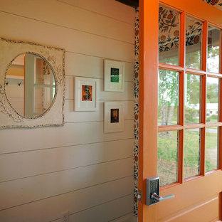 Kleiner Landhaus Eingang mit Stauraum, weißer Wandfarbe, dunklem Holzboden, Einzeltür und orangefarbener Tür in Sonstige
