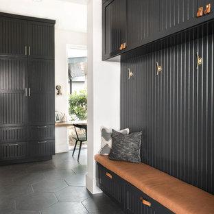 Inspiration pour une entrée design avec un vestiaire, un mur gris et un sol gris.