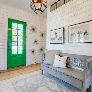 リッチモンドの中くらいの片開きドアカントリー風おしゃれな玄関ロビー (白い壁、淡色無垢フローリング、緑のドア、茶色い床) の写真